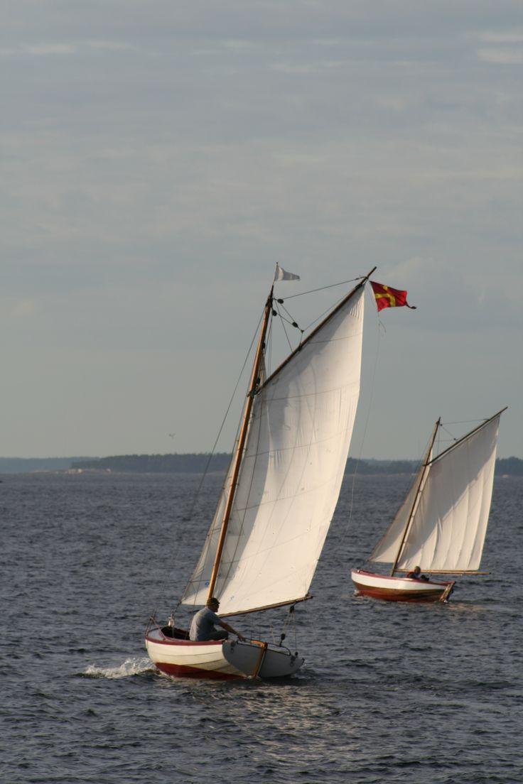 Segling mellan Pörtö och Söderskär i Borgå skärgård i Finland. Foto: Strandhagen B&B.