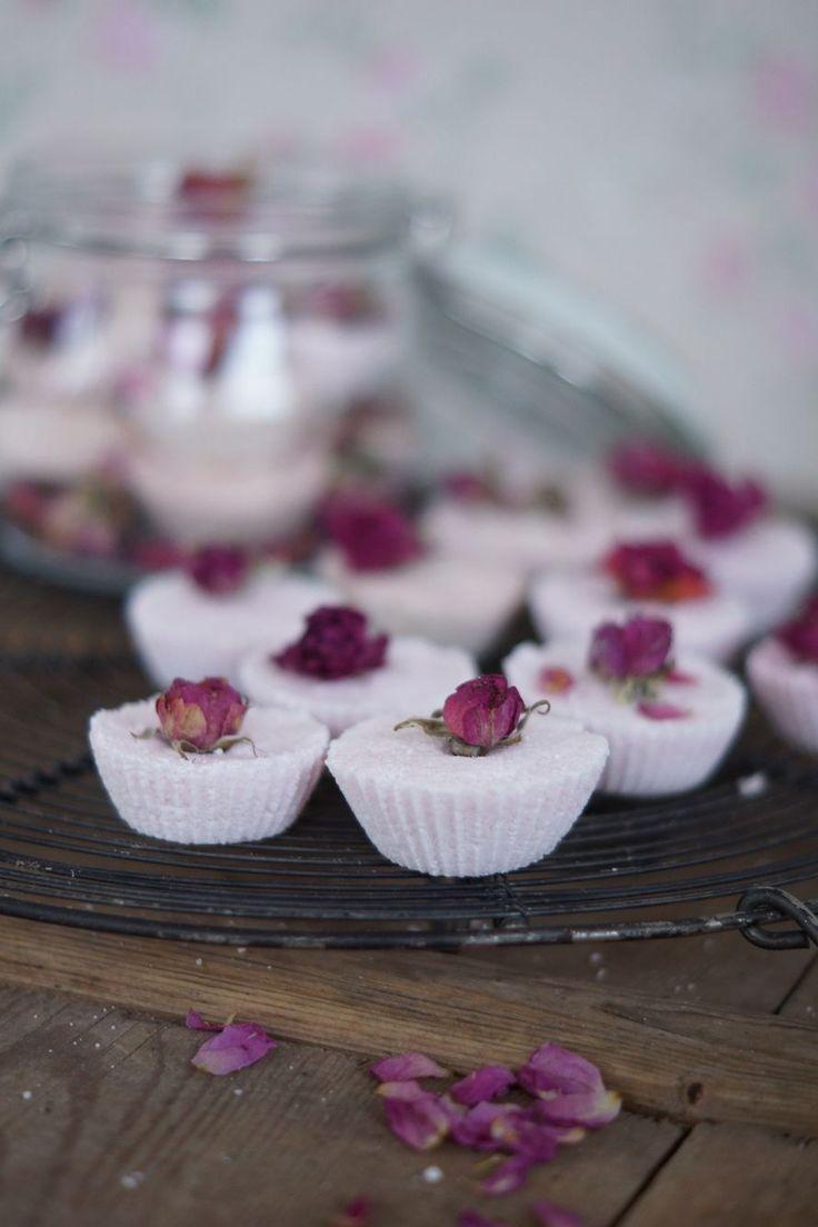 Ruususen kylpypommit, minttusokerikuorinta, laventelikylpysuola, saippuat, huulirasva