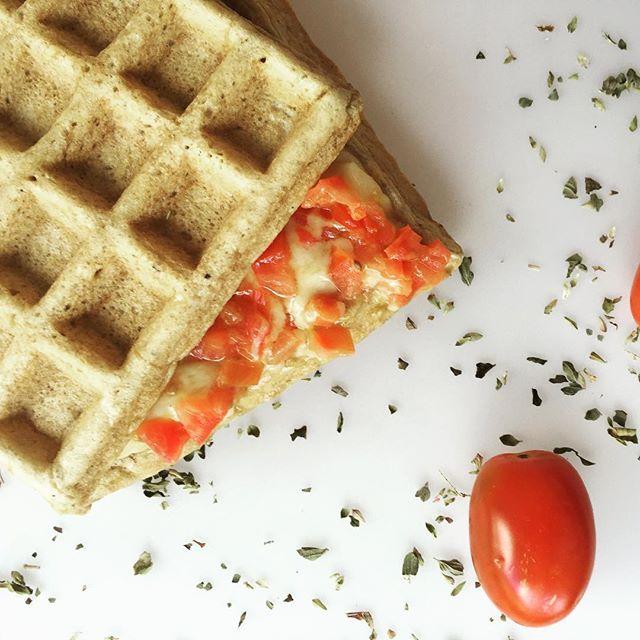 🍞👯TOSTADO DE QUESO Y TOMATE👯🍞 🔸Necesitas: 🔻3 claras. 🔻2 cucharadas soperas de harina a elección (yo usé centeno. Pueden usar harina trigo sarraceno, salvado de avena, etc). 🔻1 pizca de polvo de hornear. 🔻1 pizca de sal marina. 🔸Procedimiento: Procesar en licuadora/miniprimer todos los ingredientes y cocinar la mezcla obtenida en una wafflera (dividiendo la mezcla en dos waffles) previamente rociada con spray vegetal. 🔻Para el relleno: Picar bien chico 30 gramos de queso port salut…
