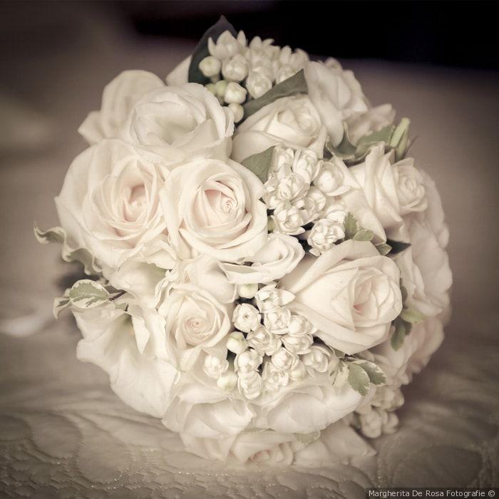 Bouquet da sposa rotondo con rose e fiori bianchi