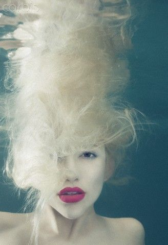 Love this! Bright lips + blonde hair underwater. Underwater photography by © Mallory Morrison. S)