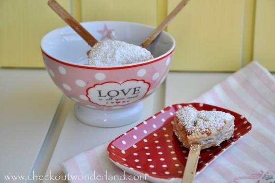 Heart Pie Pops gefüllt mit Erdbeer-Marmelade und Creme Fraiche. Ein herziges Muttertagsgeschenk! Die Anleitung findet ihr hier: http://checkoutwonderland.com/2015/05/06/herz-lollies-ein-gefulltes-herz-fur-mama/
