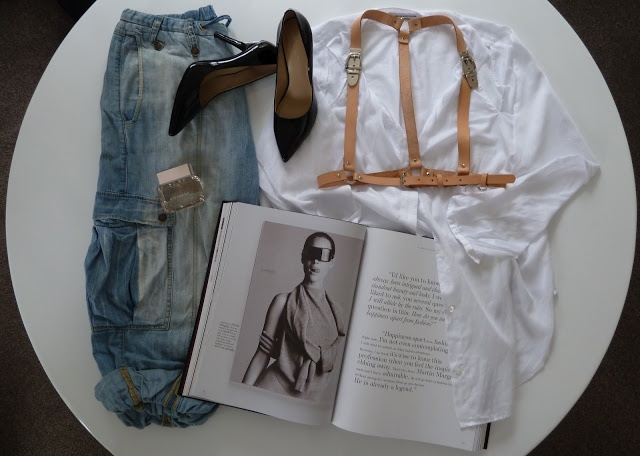 STYLE SESSIONS: BUCKLE UP - details on the blog www.mammatuppy.com #ootd #wiwt #fashion #style #stylesession #boyfirendjeans #whiteshirt #givenchy #luxirare #leatherharness