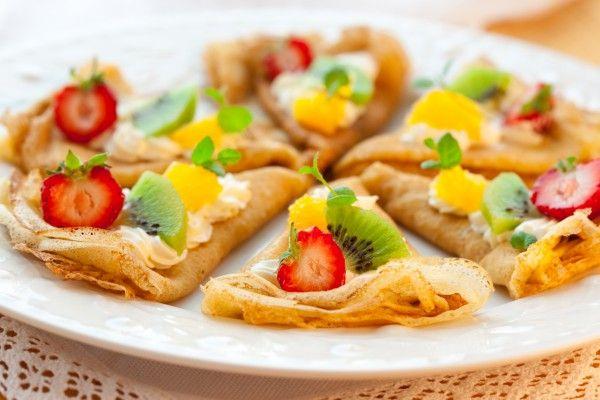 Сладкие блины со сливочным сыром, клубникой и апельсинами