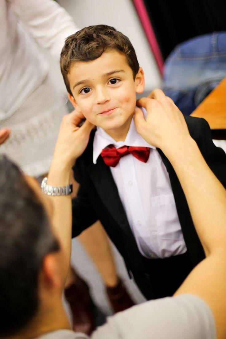 Préparation des enfants pour le défilé. Clipshirt noeud papillon pour petit garçon d'honneur