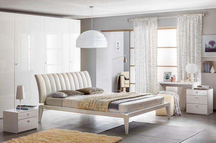 Белая глянцевая спальня. Кровать с мягким изголовьем | Дизайн интерьера современной спальни  #астрон #мебель #astron #спальни