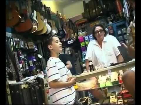Niño sorprende en un tienda de instrumentos cantando blues | Child sings music store in NY - http://music.tronnixx.com/uncategorized/nino-sorprende-en-un-tienda-de-instrumentos-cantando-blues-child-sings-music-store-in-ny/ - On Amazon: http://www.amazon.com/dp/B015MQEF2K