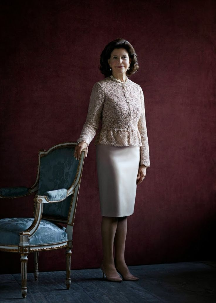 The Swedish Royal Court has published a new  interview and  portrait of Queen Silvia on the occasion of  her 70th birthday.