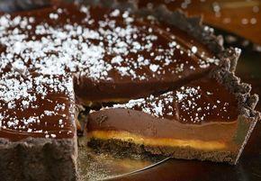 Imponer dine gæster med denne fantastiske tærte med alle vores yndlings-komponenter - Oreos, mørk chokolade og salt-karamel! Og lad endelig være med at fortælle det til nogen, men den er faktisk vanvittig let at lave.