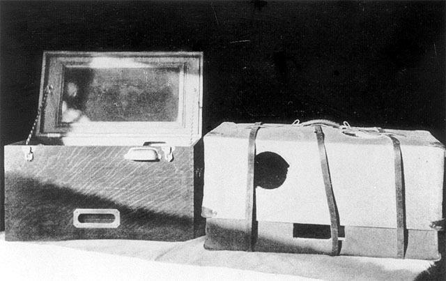Primitiva  incubadora de transporte para recién nacidos. Adaptadas a partir de una maleta con ventana por la que ver al bebé y una fuente de  oxígeno (Chicago, 1940's)  Arqueología de la Medicina