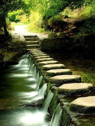 Un pont de pierres, de toute beauté ! Image d'un pont insolite fait de pierres. La photographie à haute vitesse fige l'eau qui y passe.
