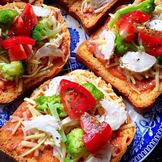 トマト食パンにトマトピザソースにトリハム、ブロッコリー、トマトをトッピング‼︎ トマトたっぷりトマト大好き! - 17件のもぐもぐ - トマト食パンでピザ(焼く前) by mymama
