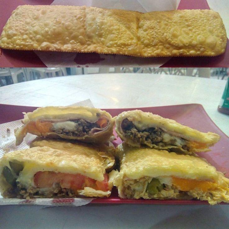 Um pastel bem grande, com uma boa mistura de sabores, mas essa mistura chega a ser um pouco comprometida pelo exagero nos queijos cremosos.  #comida #jantar #pastelaria #lanchonete #pastel #XTudo #mussarela #queijo #presunto #carne #frango #catupiry #requeijao #cheddar #palmito #tomate #azeitona #grande #30cm #massa #frito #XinGXinGourmet #PasteisTrevoBertioga #Santos #food #dinner #cheese #ham #meat #chicken #tomato #olive #big #paste  X-Tudo - R$24 em Pastéis Trevo Bertioga.