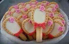 Leuke traktatie voor meiden.. melk biscuits van de Aldi, lange vinger en bloemetje en strikje van fondant zijn te koop bij de xenos!