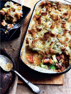 Bagt kartoffelmos med bacon, porrer og sprød brødskorpe | Magasinet Mad! Super god! Erstattet halvdelen af porrerne med 1/2 blomkål. Tilbehør: salat af spinat, æble, ristede mandler og cherrytomater.