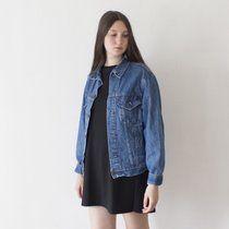 Giacca di jeans vintage Levis taglia 40R lavaggio medio. Qui la vedete su una 42. Presenta segnetti di ruggine in prossimità di un bottone, vedi ultima foto. Spedizione con corriere 7€ NON SCAMBIO. Per altre giacche #pulcigiacche per altri capi in jeans #pulcijeans