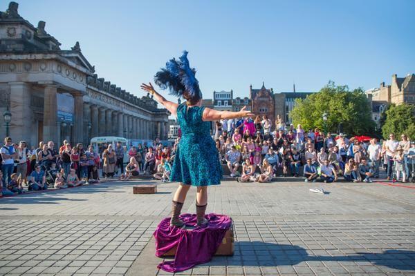 Un artiste sur The Mound lors de l'Edinburgh Festival Fringe