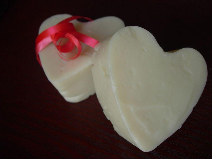 Este jabón está indicado para pieles secas, dañadas y con estrías, aunque también es adecuado para todo tipo de pieles. La manteca de karité tiene un alto poder regenerador celular que lo hacen ide…