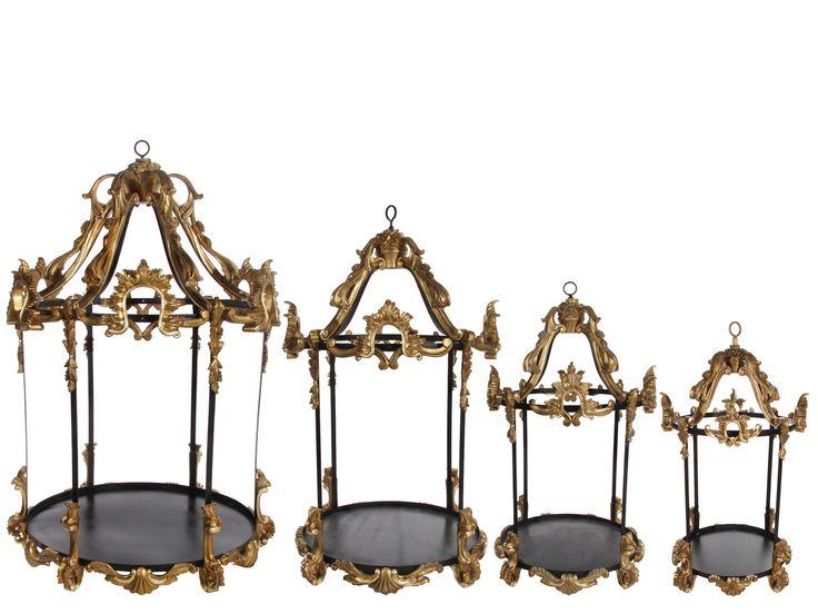 Декоративные фонари.  Их можно использовать в декоре любых мероприятий. Например на свадьбе можно положить в декоративный фонарь подушечку с кольцами или поставить торт, как показано на фотографии. Декоративные фонари бывает разных размеров, от больших до маленьких. Их вы можете использовать в декоре дома, или на даче. Поставьте в фонарь свечи, или повесьте его возле дома, фантазируйте, украшайте... и вы увидите как ваше творение будет радовать вас и ваших гостей.  www.shishi-rus.ru