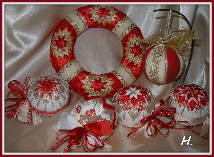 sada vánočních ozdob 6cm s věncem 17cm červená se zlatou a smetanovou