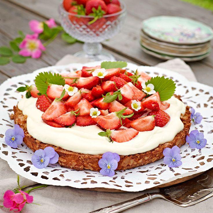 Supergod tårta med limoncellogrädde och jordgubbar.