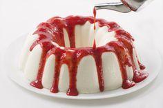 gelatina de queso con salsa de fresas