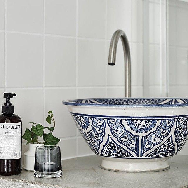 """229 gilla-markeringar, 11 kommentarer - 55kvadrat (@femtiofemkvadrat) på Instagram: """"Fantastiskt fint badrum med handfat från Marrakech på betongbänkskiva. #tillsalu #bagaregården…"""""""