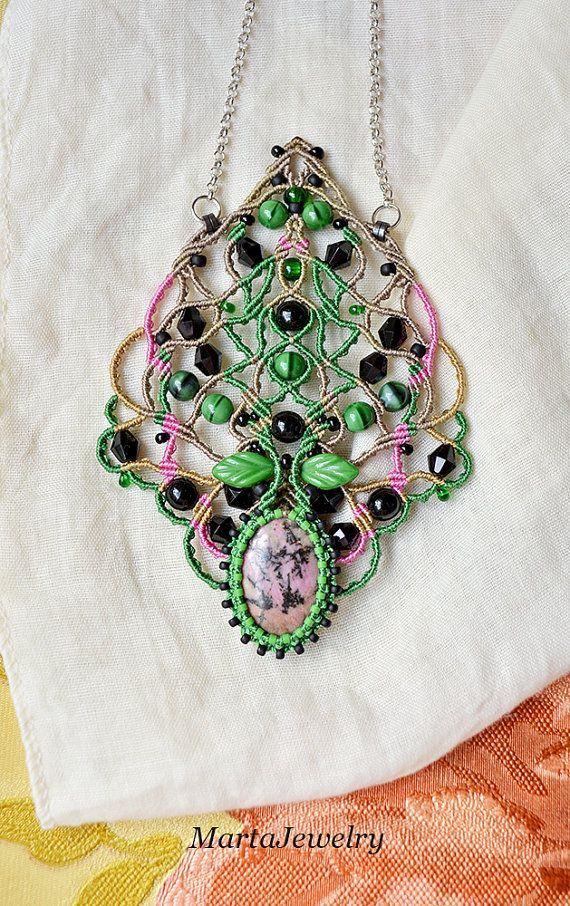 ✿ C'est l'unique collier micro-macrame avec rhodonite. ✿ Inspiré par la Nature. ✿ j'ai utilisé des couleurs comme rose, vert, noir. Matériaux de qualité ✿ utilisés. ✿ La conception originale. ✿ les mesures : Le pendentif - 10,2 cm/4 pouces. La chaîne - 55 cm/21 pouces. ✿ Matériaux : -la pierre précieuse rhodonite, -Perles de verre tchèque, -Perles Miyuki, -la corde de nylon (durable), -résultats. Les couleurs réelles peuvent différer de la couleur sur votre écran en raison de restrictions…