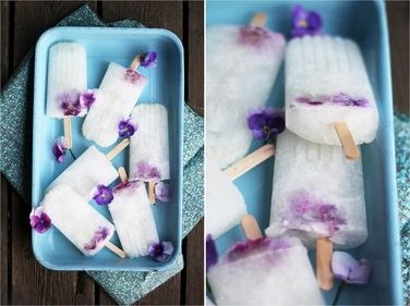 Hyldeblomst-is med hornvioler og citron. Lav den på økologiske råvarer.