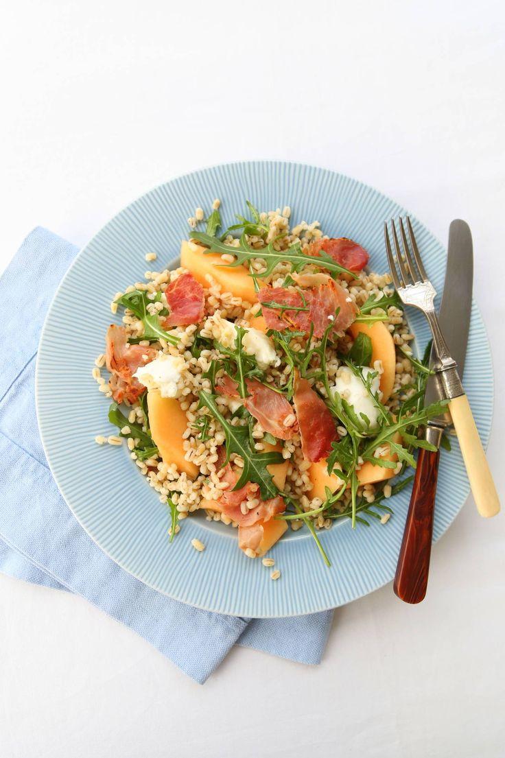 Byggrynssalat med melon, ruccola, mozzarella og spekeskinke. Sikkert god til stekt kylling.