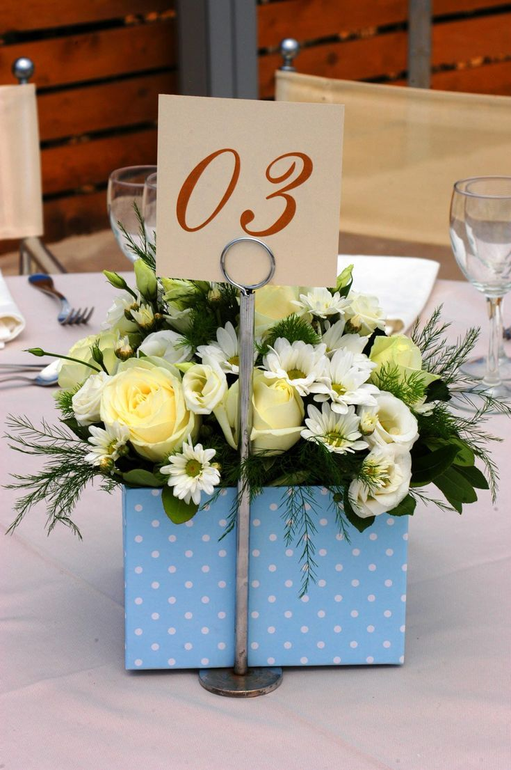 Μπλε και λευκό σε πουά σχέδιο ήταν το κουτί με τα λουλούδια στα άλλα μισά τραπέζια για το φοβερό μας αγοράκι, τον Νίκο. Centerpieces γεμάτα ζωντάνια!