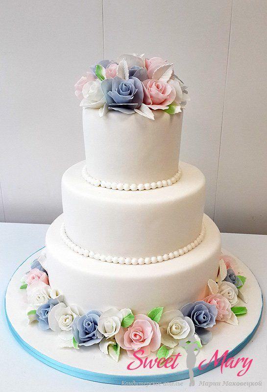 Этот торт — нежный как фарфор. Белоснежный торт дополняет композиция из мастичных роз, выглядящих так, как будто они сделаны из самого тонкого дорогого фарфора.