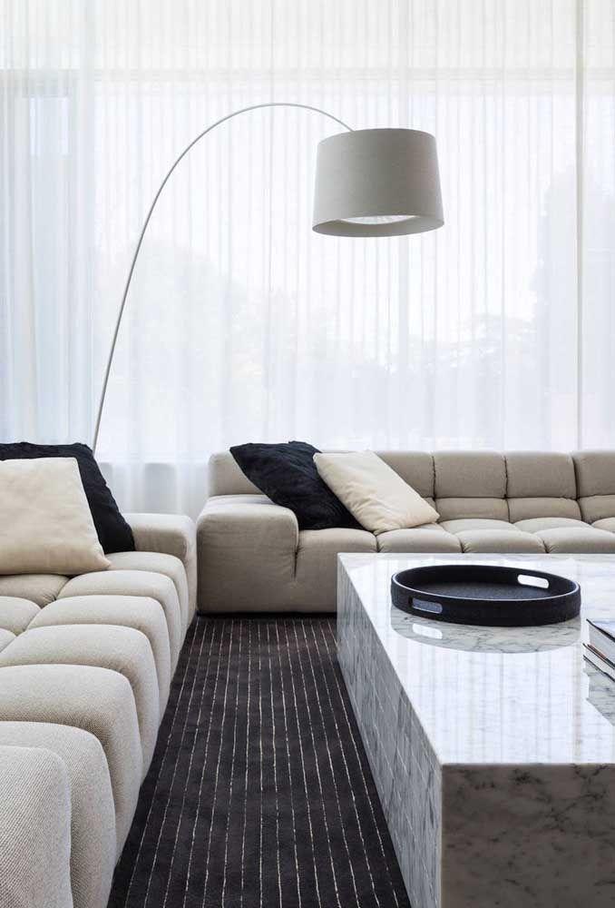 A sala de estar moderna e neutra trouxe um abajur de chão ...