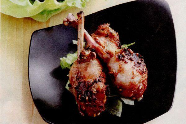 Receta de Muslitos de codorniz con soja en http://www.recetasbuenas.com/muslitos-de-codorniz-con-soja/ Aprende a preparar unos deliciosos muslitos de codorniz con soja. Una receta fácil y sencilla cuya base es un ave tan sana y sabrosa como la codorniz.  #recetas #Carne #codorniz