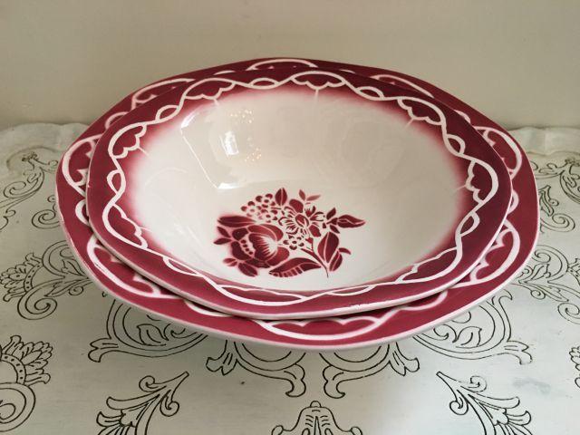 """La Petite Maison Rose - 2 prachtige schalen met rode print van het Franse servies Digoin - Sarreguemines decor """"Audette"""". De schalen passen netjes in elkaar en vormen een mooi duo. Grote schaal heeft een mini chipje aan de onderkant van de rand, kleine schaal heeft een chip aan de onderkant van de rand en aan de voet. Défautjes zijn niet storend. Grote schaal: 26 cm, kleine schaal: 23 cm. Samen 25,00 euro."""