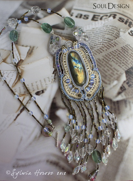 One such technique of hand-made ​​necklace braid embroidery!    The beautiful labradorite gives it a magical and mysterious character. The necklace is