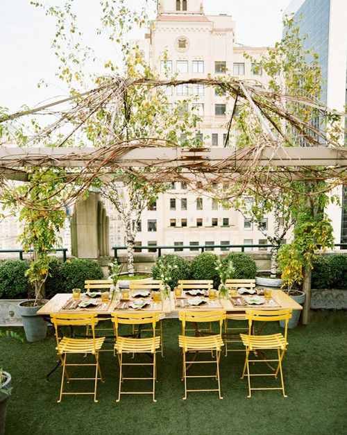 Rooftop dining with trellis