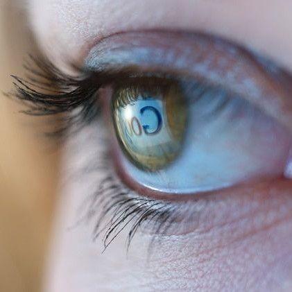 Vermoeide ogen door intensief scherm gebruik. Similasan computer ogen.