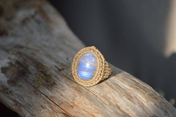 Anillo de Macrame de piedra de luna arco iris por RamanaGems                                                                                                                                                                                 Más