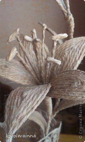 Ваза с веткой лилии из джутового шпагата фото 6