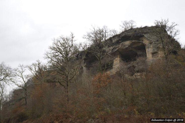 A 2 km du bourg de Noailles, au sud du département, se trouvent les grottes de Lamouroux...   À l'origine, se trouvait une caverne préhistorique, au dessus de laquelle, les hommes ont creusé des habitats troglodytiques.   Au Moyen Age, en plus de représenter...
