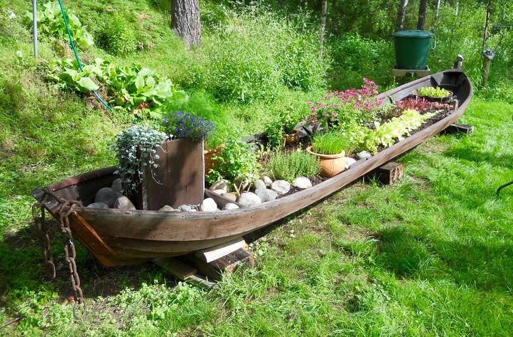 Yrtit, vene, kasvimaa!  Yrttiveneeni - Herbs, boat, vegetable garden! My herb boat.  Grow up: basilica - lovage - thyme - chives - dill - spinach - coriander - mint - lettuce - arugula - batavia - marigold - radish