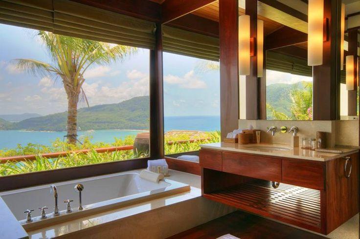 Гавайский стиль - это только натуральные материалы! Декорирование галькой или камнем, бамбуковые шторы или перегородки, плетеная или деревянная мебель, пробковые коврики. Красота да и только, а Вам нравится?   #ваннаякомната #дизайн #сантехника #гавайскийстиль