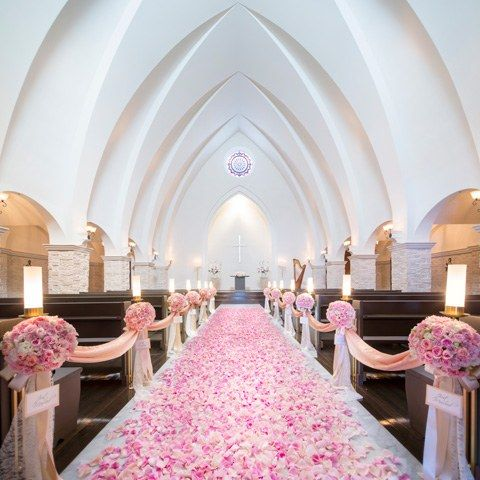 結婚式場写真「チャペルの装花をピンクに! ベーシックカラーの白い花のコーディネートとは、また違った印象に変わります
