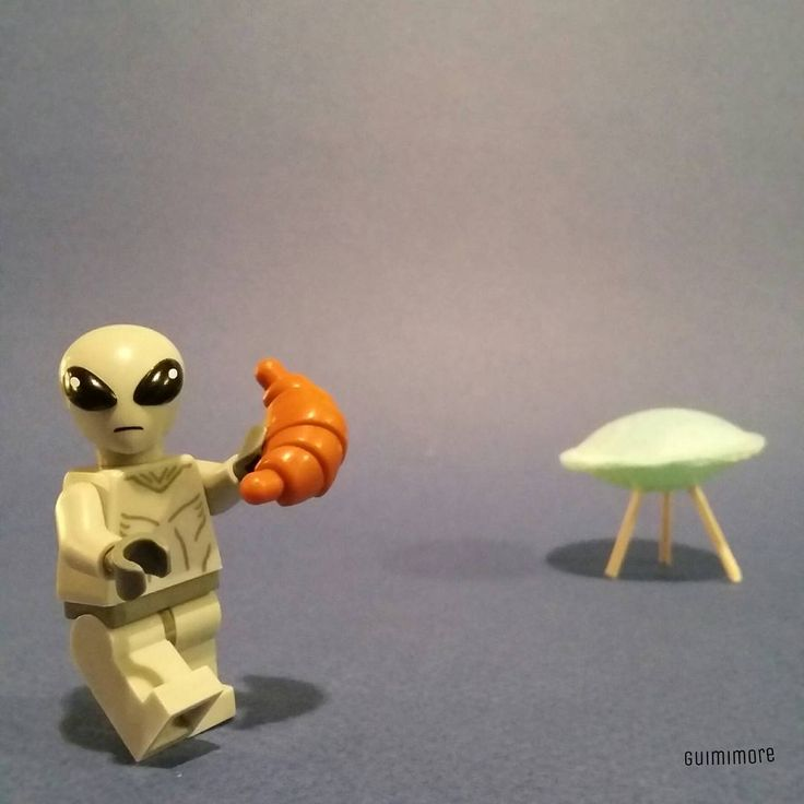 Monday at work, do not forget to brings croissants! Lundi au boulot, n'oubliez pas d'apporter les croissants!  #monday #alien #croissant #flyingsaucer #pastry #LEGO #minifigures #minifig #legography #toy #afol