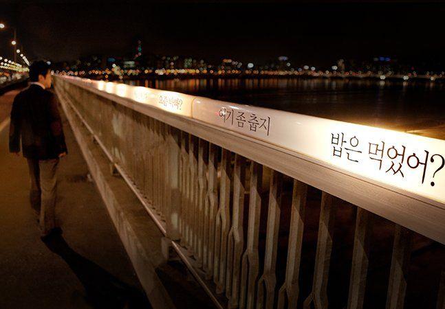 As pontes sobre o Han River, em Seoul, na Coréia do Sul, têm uma peculiaridade infeliz: são conhecidas por serem palco de um grande número de suicídios. Dentre as 23, a Ponte Mapo é a pior, com 17,2% dos casos. Mas um grupo de publicitários reduziu esses números com uma ideia genial, que não inclui salvamentos ou manobras arriscadas. Sabe-se que a Coréia do Sul tem a mais alta taxa de suicídio entre os países da OCDE, segundo dados da própria organização – 15 mil suicídios em um ano, uma…