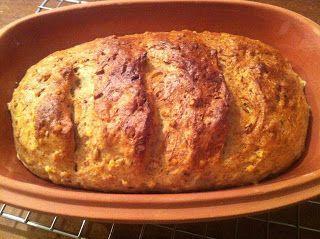 """Onlangs ontdekte ik dat er binnen de broodbakwereld een kleinere """"scene"""" is die zich bezighoudt met broodbakken in de Romertopf...."""