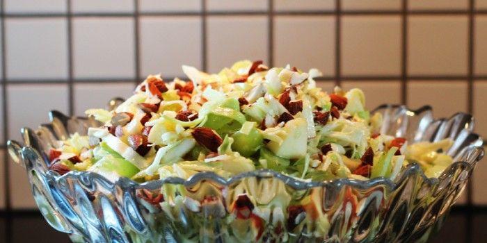 Fanatstisk lækker spidskålssalat med sødmefulde frugter og en syrlig dressing. Den er perfekt som tilbehør til kylling eller fisk.