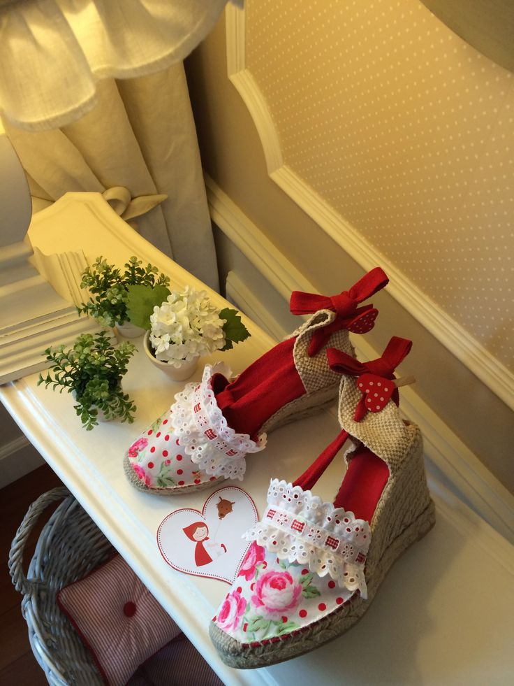 """Alpargatas de cuña alta con cintas de color rojo, forradas con tela """"Olé y Olé"""", de lunares rojos y flores, con tira bordada blanca 2014."""