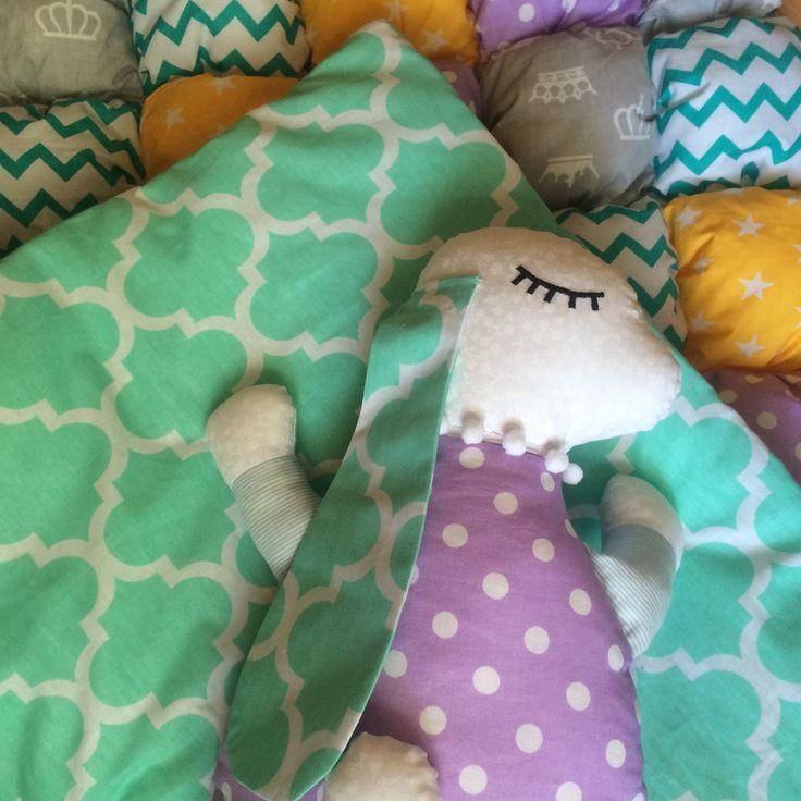"""Для всех тех кто спрашивает:""""А как выглядит одеяло с другой стороны?"""" А вот так, просто сплошная ткань, 💛швы не прощупываются, и холлофайбер не вылезает из квадратиков))💙 #котик#лавандовыйкот#мишка#одеяло#малыш#новорожденный#ямама#кроватка#бортики#лоскутноеодеяло#лоскутныебортики#букваизткани#baby#babytime#40недель#30#недель#10недель#беременность#скоромама#комплектвкроватку#комплекты#простынка#бортикивкроватку#бортикивкруглуюкроватку#сова"""